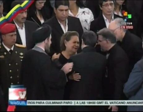 عکس بغل کردن مادر چاوز توسط احمدی نژاد